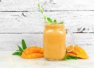 Рецепта Смути с розова вода, кисело мляко, прясно мляко, мед и манго